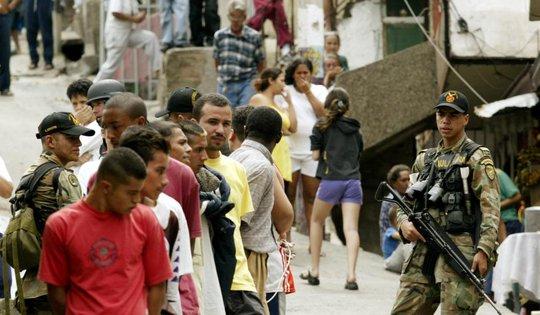 Quân đội Columbia hiện diện ở khu ổ chuột Comuna 13 năm 2002. Ảnh: Reuters
