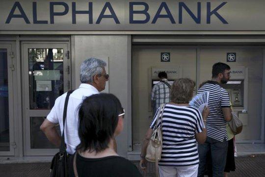 Người dân Athens rút tiền tại một trụ ATM. Ảnh: Reuters