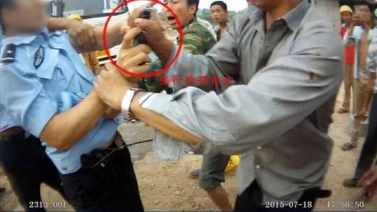 Người đàn ông họ Zhou cướp súng của cảnh sát. Ảnh: english.cri.cn