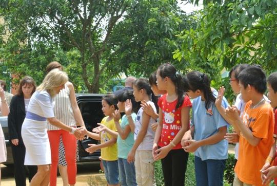 Các em nhỏ ở trại trẻ mồ côi HIV/AIDS thuộc Trung tâm chữa bệnh - giáo dục - lao động xã hội số II Hà Nội chào đón đệ nhị phu nhân Mỹ