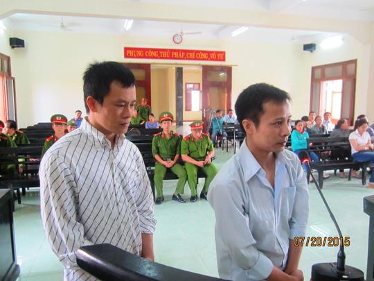 2 tên cướp Phan Thành Đại (trái) và Đặng Sỹ Lệ (phải) ra tòa vẫn giữ nét mặt thản nhiên