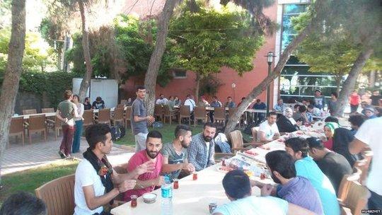 300 thành viên SGDF chuẩn bị ăn trưa. Ảnh: Reuters