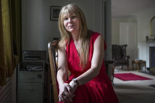 Bà Clare Rewcastle Brown tại nhà riêng ở London. Ảnh: NEW YORK TIMES