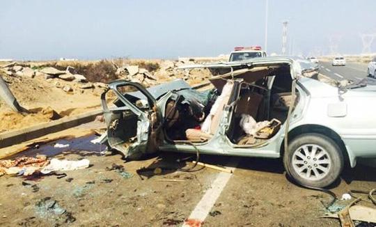 Chiếc xe hơi bẹp rúm sau vụ tai nạn. Ảnh: SPA