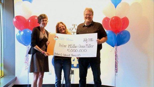 Ông Peter McCathie (phải) và bà Diane Miller (giữa) nhận giải từ đại diện Công ty Atlantic. Ảnh: Twitter