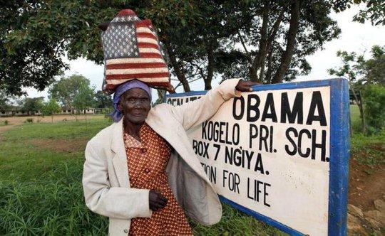 Một người dân Kenya đứng gần ngôi làng Nyangoma - quê hương của tổ tiên TT Obama. Ảnh: Reuters