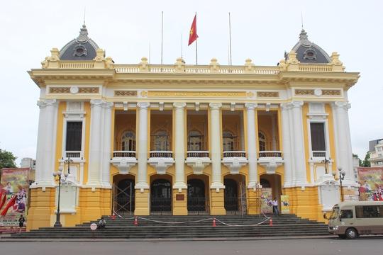 Mặt tiền của Nhà hát lớn Hà Nội đang được phủ lên lớp sơn mới