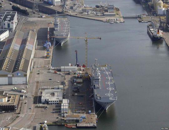 Chiếc Sevastopol (phía dưới) vẫn tại cảng Saint-Nazaire của Pháp hồi tháng 5. Ảnh: Reuters