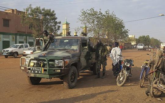 Binh sĩ Mali tuần tra thị trấn Sevare. Ảnh: EPA