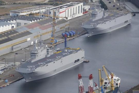 Tàu Sevastopol (trái) và Vladivostok đậu tại xưởng đóng tàu STX Les Chantiers de lAtlantique ở Saint-Nazaire, miền Tây nước Pháp. Ảnh: Reuters