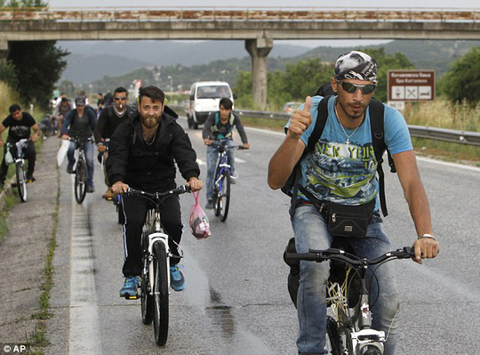 Di dân Syria đi xe đạp tới châu Âu. Ảnh: AP