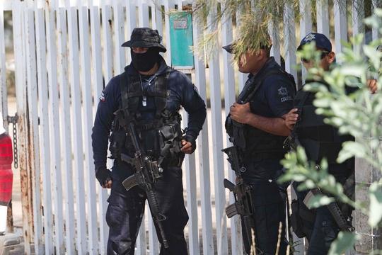 Cảnh sát Mexico phải đối mặt với không ít hiểm nguy vì sự lộng hành của các băng nhóm ma túy. Ảnh: AP