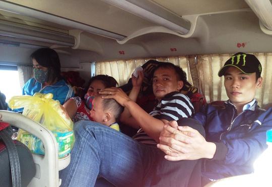 Xe khách Hồng Sơn, chạy tuyến Phú Yên – TP HCM bắt thêm khách ngồi dưới sàn, tối 26-2