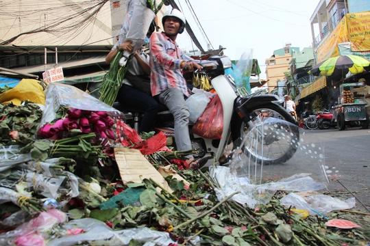 Theo ước tính các tiểu thương có gần 10 tấn hoa đổ bỏ do bán không hết.