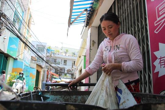 Chị Hồng vẫn tiếp tục bán nghề ve chai để mưu sinh.