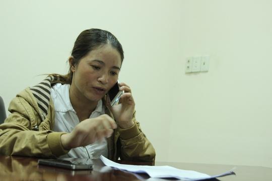 Chị Hồng cho biết sau khi nộp đơn vẫn đi thu mua ve chai để có tiền gửi về cho con ở quê nhà.