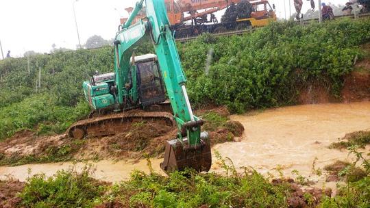 Đường ống nước sông Đà lại gặp sự cố, 70.000 hộ dân bị cúp nước