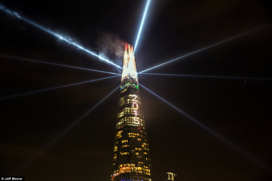 The London display was counted in by a 10-minute digital countdown on The Shards western facade, followed by lighting comprised of searchlights, strobes, and a 2015 numeric graphic