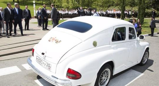"""Ông Lavrov đến cuộc gặp với ông Kerry ở Sochi sau vô lăng chiếc xe """"Pobeda"""" màu trắng"""