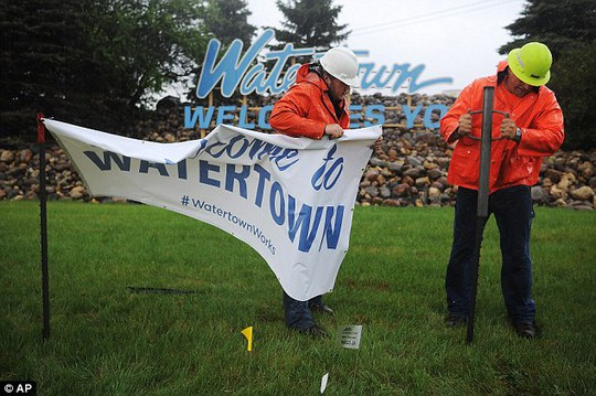Jeremy Van Zee, right, and Austin Moes, with Stein Sign Display put up a Welcome to Watertown s ahead of President Barack Obamas visit on Friday
