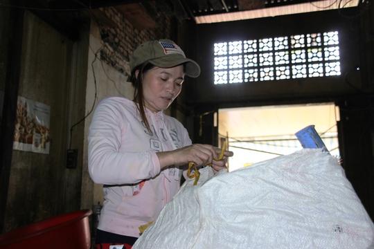 Dù đã nhận được tiền nhưng chị Hồng vẫn không bỏ nghề ve chai.