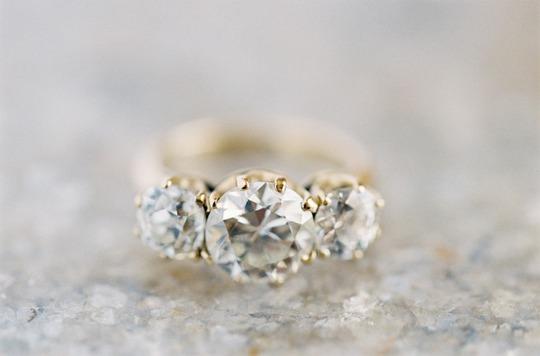 Ba viên đá đại diện cho quá khứ, hiện tại và tương lai, chiếc nhẫn ý nghĩa và tuyệt vời này là đại diện của sự ấp lánh hoàn hảo
