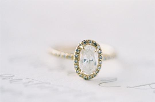 Điểm nhấn là những viên đá màu xanh tạo cho chiếc nhẫn vàng này có một vẻ đẹp lạ và được đánh giá là còn hơn cả đẹp
