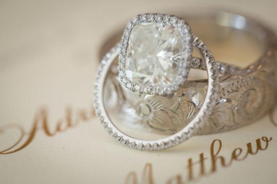 Chiếc nhẫn được thiết kế với sự tinh tế tột bậc và sự tinh vi đáng kể trong chế tạo