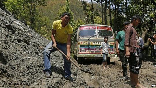 Lở đất cản đường đến các khu vực hẻo lánh. Ảnh: AP
