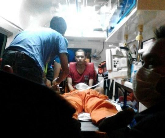 Nhân viên cứu hộ cấp cứu một nạn nhân bị choáng do khí độc. Ảnh: New Straits Times