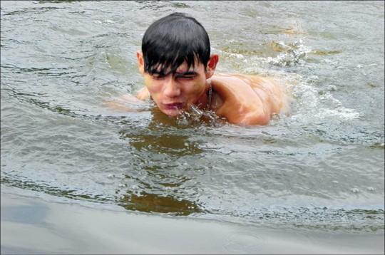 Chàng trai khuyết tật có khả năng nổi trên mặt nước