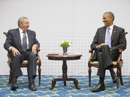 Nụ cười của hai nhà lãnh đạo Cuba và Mỹ trong cuộc gặp lịch sử hôm 12-4. Ảnh: AP
