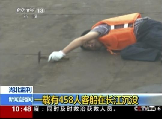 Lực lượng cứu hộ tìm người sống sót