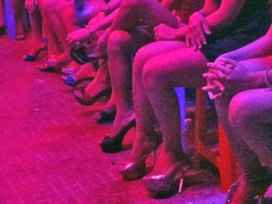 Nhiều người chọn cách làm gái quán karaoke để kiếm sống
