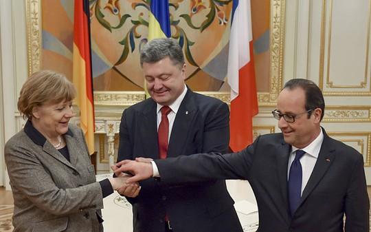 Thủ tướng Đức Angel Merkel (trái)và Tổng thống Pháp Francois Hollande (phải) hôm 10-7 đã có bước đi hiếm thấy khi hối thúc Kiev đảm bảo quyền tự trị một phần cho lực lượng ly khai thân Nga ở miền đông Ukraine. Ảnh: AP