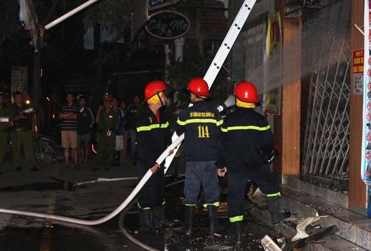 Trong vụ cháy rạng sáng 3-1 tại phường Hố Nai (TP.Biên Hòa), ngoài lực lượng cảnh sát phòng cháy, chữa cháy, các chiến sĩ cảnh sát 113 cũng đã có mặt để bảo vệ hiện trường.