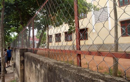 Hàng rào bằng sắt bao quanh trường THCS số 1 Bắc Lý đều bị nhiễm điện.