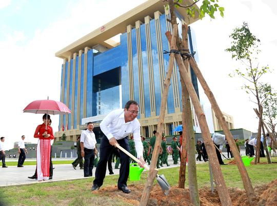 Chủ tịch UBND tỉnh Bình Dương Trần Văn Nam trồng cây trước tòa nhà hành chính tập trung sáng 19-5