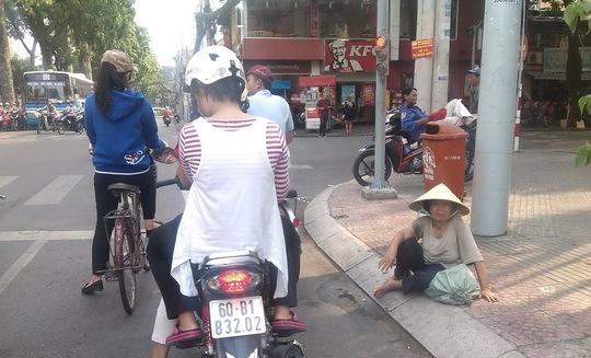 Ngay tại trung tâm thành phố, đoạn giữa Nguyễn Thị Minh Khai và Mạc Đỉnh Chi, người phụ nữ này thản nhiên ngồi xin tiền những người dừng xe chờ đèn đỏ