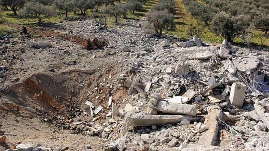 Ngôi nhà bị phá hủy này thuộc nhóm Mặt trận Nusra Front. Ngôi nhà bị phá hủy trong cuộc không kích của quân đội Syria ở Salqin, tỉnh Idlib hôm 6-3. Ảnh: Reuters