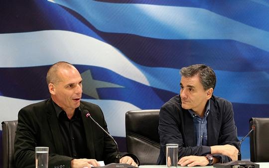 Chuyên gia kinh tế Euclid Tsakalotos (phải) được bổ nhiệm làm Tân Bộ trưởng Tài chính Hy Lạp thay ông Yanis Varousfakis (trái). Ảnh: AP