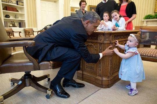 Những hình ảnh đáng nhớ nhất năm 2014 của Tổng thống Obama với trẻ em