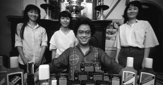 Một tấm ảnh của phóng viên Philip Jones Griffiths chụp ông Nguyễn Văn Mười Hai năm 1988, không lâu trước khi vào vòng lao lý. Khi đó, ông là lãnh đạo của nhà máy nước hoa Thanh Hương, đang cùng các nhân viên hào hứng khoe thành quả của mình.