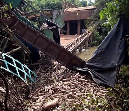 Xe tải cùng toàn bộ số củ mì bị chìm xuống dòng kênh.