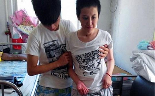 Chen Ben chăm sóc bạn gái của mình sau khi cô tỉnh lại. Ảnh: SCMP