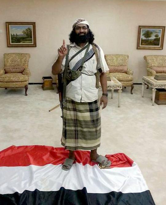 Batarfi đạp chân lên quốc kỳ Yemen với thái độ bất kính. Ảnh: Twitter