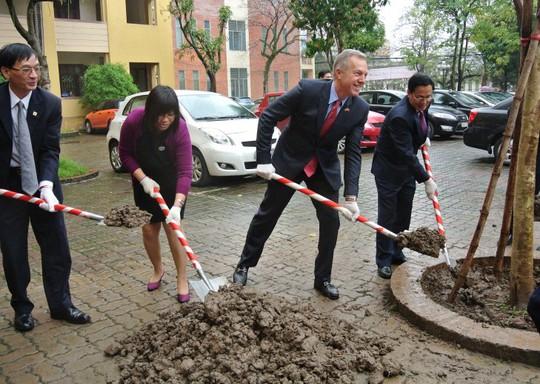 Trồng cây lưu niệm trong trường. Đại sứ chia sẻ ông rất tôn trọng truyền thống Tết trồng cây mùa xuân do Hồ Chủ tịch khởi xướng