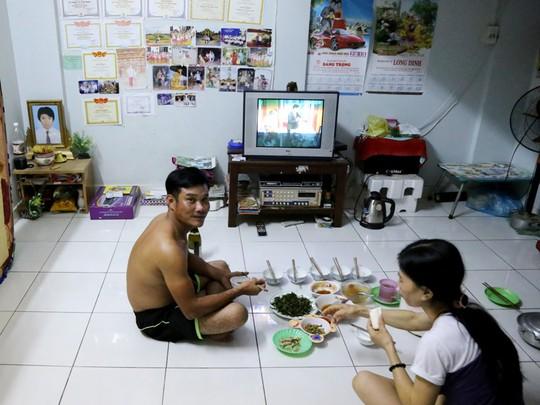 Buổi cơm tối sau giờ tăng ca của một gia đình quê miền Tây