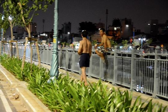 Nhiều cảnh sinh hoạt, nghỉ ngơi của người dân diễn ra hai bên dòng kênh vào ban đêm đã trở thành chuyện thường xuyên.