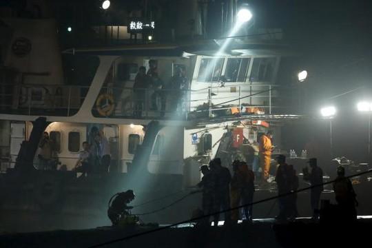 Đội thợ lặn làm việc suốt đêm 3-6. Ảnh: Reuters
